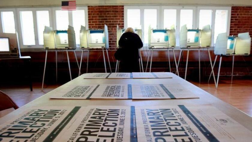 En esta foto de archivo del 5 de junio de 2012, un votante marca su boleta mientras vota en las primarias de California en Sacramento. (Foto de archivo de Associated Press)