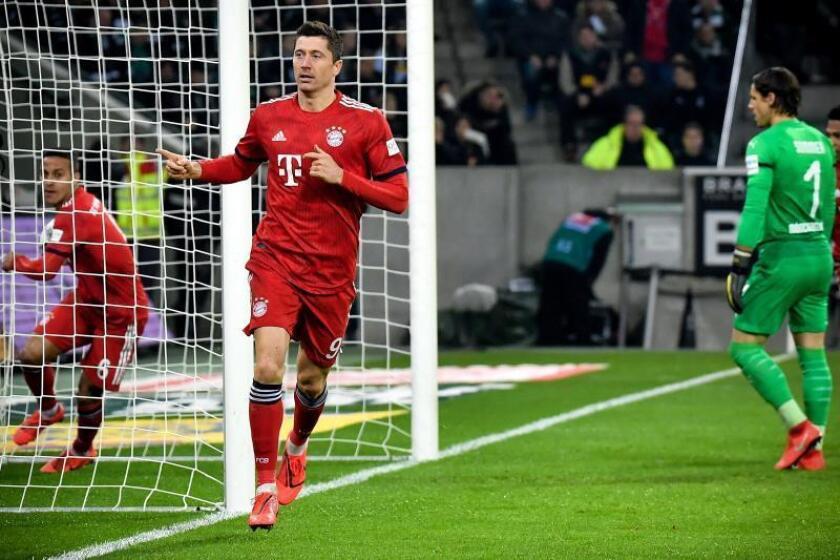 El delantero polaco del Bayern Robert Lewandowski (c) celebra el 3-1 en el Borussia-Park en Moenchengladbach, Alemani. EFE/EPA