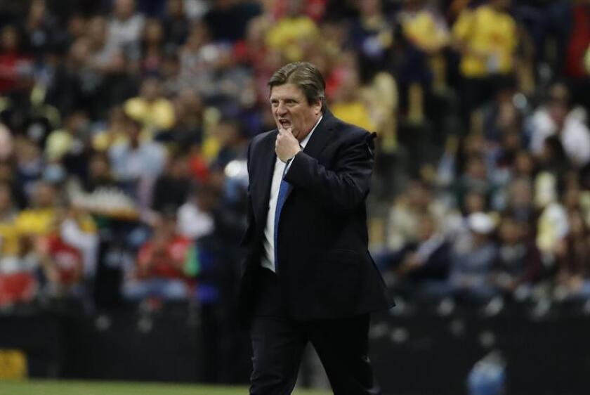 El entrenador del América, Miguel Herrera, anunció este jueves que, debido a las malas condiciones de la cancha del estadio Azteca, su equipo se trasladará a Toluca para recibir al Veracruz en la decimoséptima jornada torneo Apertura. EFE/ARCHIVO