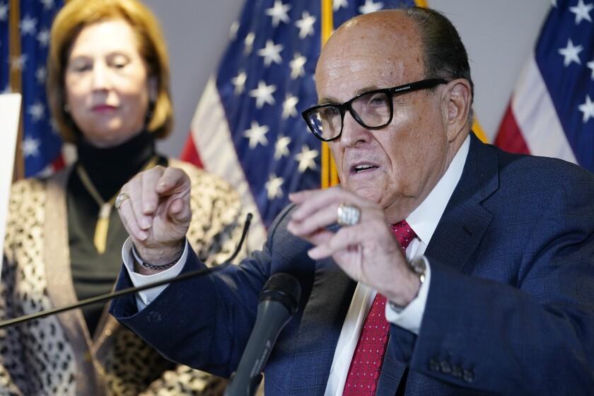 Rudy Giuliani, abogado del presidente Donald Trump, shabla en conferencia de prensa