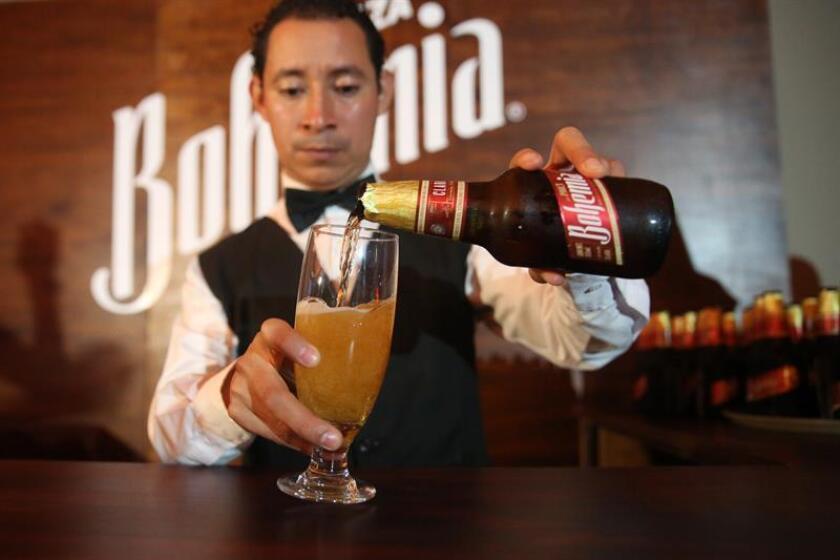 Un barman sirve una cerveza de la marca Bohemia Clara. EFE/Archivo