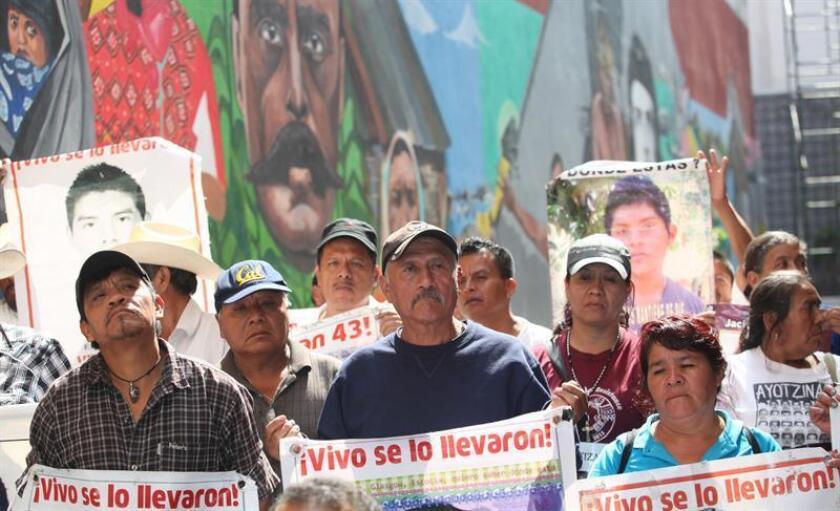 Familiares de los 43 normalistas desaparecidos de Ayotzinapa durante una protesta en Ciudad de México (México). EFE/Archivo