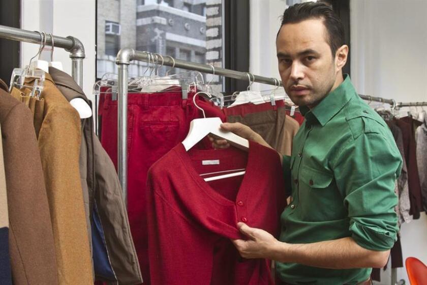El diseñador hondureño Carlos Campos rindió hoy tributo al fenecido cantante mexicano Juan Gabriel con una colección inspirada en los diversos estilos del distintivo vestuario que el Divo de Juárez usó en el escenario a lo largo de su carrera. EFE/ARCHIVO