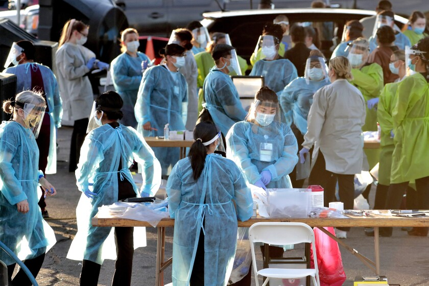 Fotografía del sábado 27 de junio de 2020 de personal médico preparándose para hacer pruebas de COVID-19