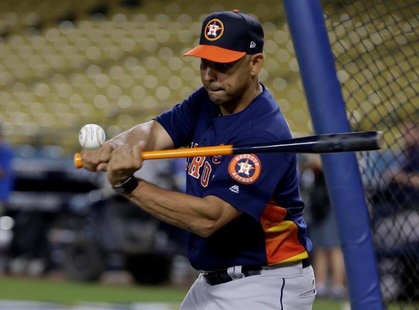 Alex Cora dijo hoy que su experiencia como gerente general del equipo de Puerto Rico en el Clásico Mundial de Béisbol 2017, lo encaminó a sentirse tranquilo para dirigir a los Medias Rojas de Boston esta temporada, en su debut en las Grandes Ligas. EFE/EPA/ARCHIVO