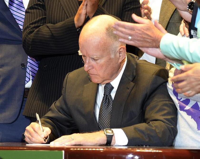 Las ventas callejeras en California serán legales a partir del 1 de enero de 2019, luego de que el gobernador, Jerry Brown, firmara anoche una ley estatal que las despenaliza, en lo que se considera un triunfo importante para la comunidad hispana, incluidos los indocumentados. EFE/Archivo