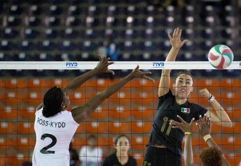 En la imagen, la mexicana Jocelyn Urias (d) del la selección de voleibol de su país. EFE/Archivo