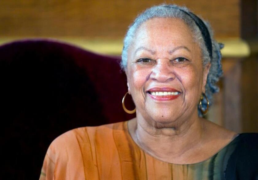 Fotografía de archivo de la escritora estadounidense, Toni Morrison. EFE/Ian Langsdon/Archivo