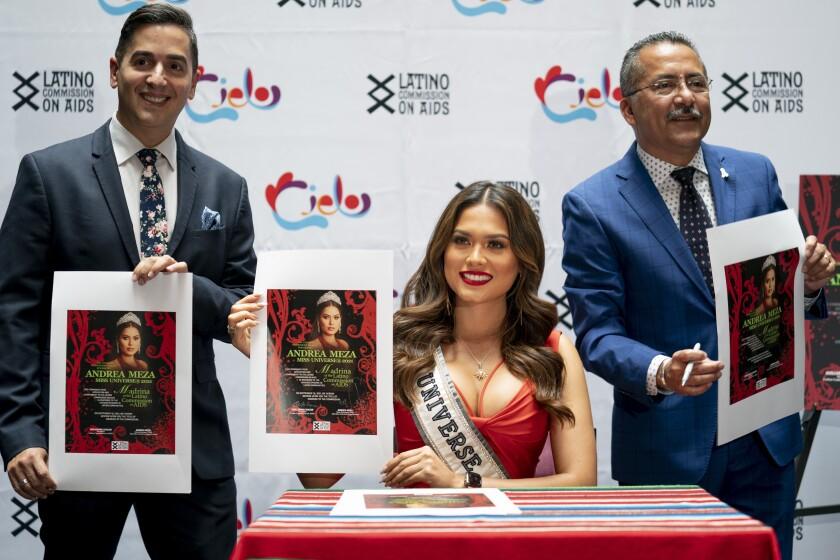 Miss Universo Andrea Meza, en el centro, es presentada como Madrina de la Comisión Latina sobre el Sida el jueves 16 de septiembre de 2021 en Nueva York. (AP Foto/John Minchillo)