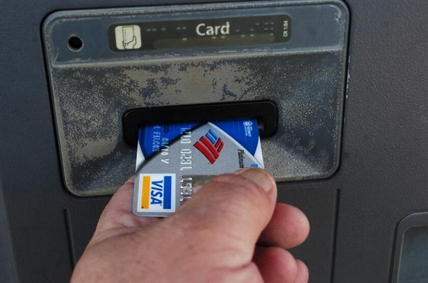 La fiscalía estatal y autoridades del norte de California anunciaron hoy la detención de 32 personas acusadas de pertenecer o ayudar a dos pandillas y de ser responsables de una estafa con tarjetas de crédito superior a 1 millón de dólares. EFE/Archivo