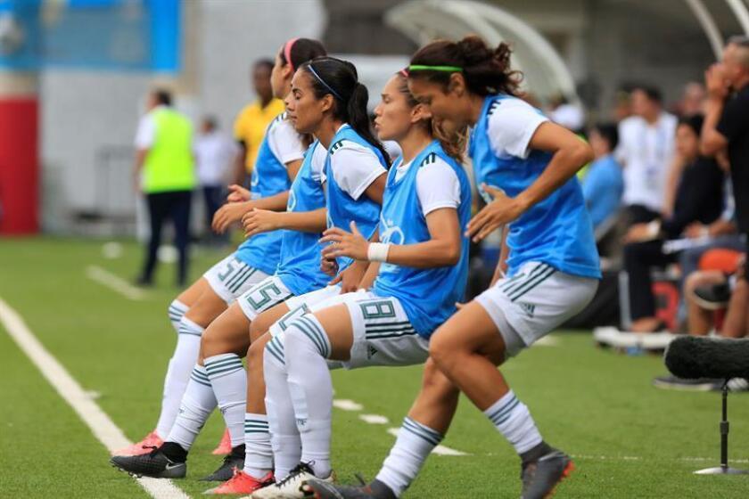 Jugadoras suplentes de la selección de México calientan en el juego entre las selecciones de México y Venezuela en los XXIII Juegos Centroamericanos y del Caribe 2018 en Barranquilla (Colombia). EFE