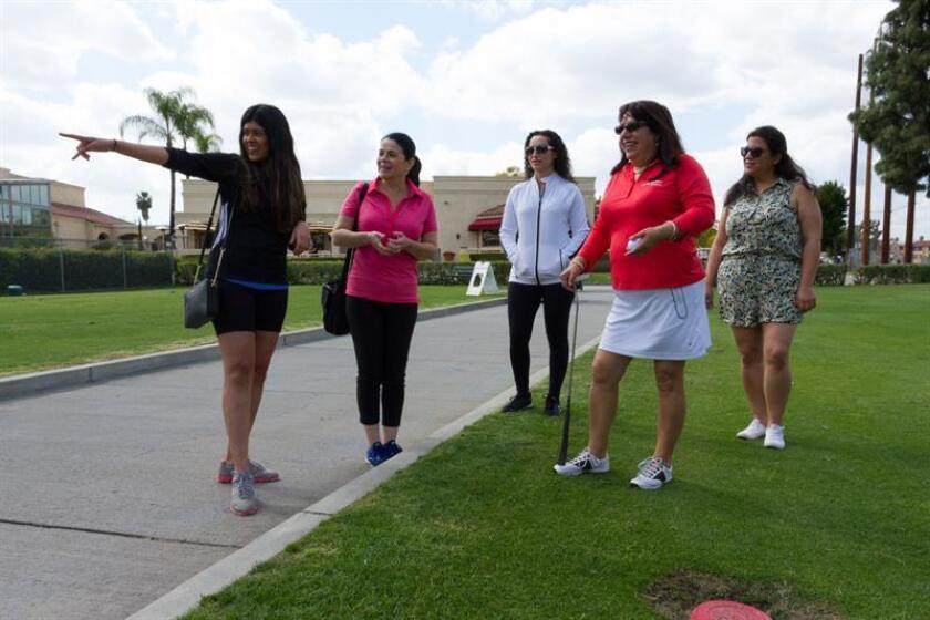 La mexicana Azucena Maldonado (2-d), fundadora de Latina Golfers, reconoce la salida de un campo de golf con un grupo de golfistas aficionadas hoy, sábado 25 de marzo de 2018, en el Campo de Golf de Alhambra, en Los Ángeles, California (EE.UU.). EFE