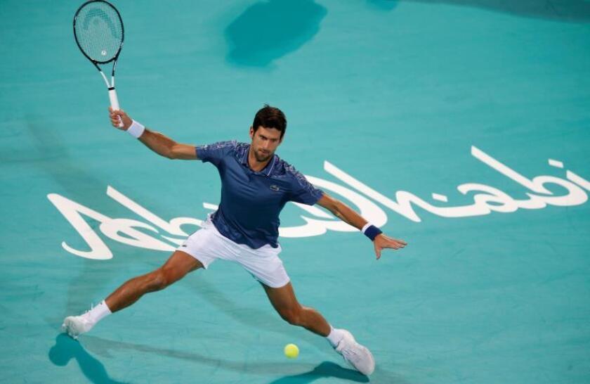 El tenista serbio Novak Djokovic devuelve la bola al ruso Karen Khachanov durante su partido de semifinales del torneo de exhibición Mubadala de Abu Dabi, Emiratos Árabes Unidos. EFE