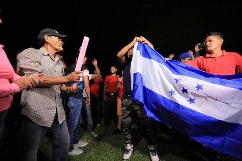Grupos de ciudadanos hondureños llegan a la terminal de buses de la ciudad de San Pedro Sula (Honduras). EFE