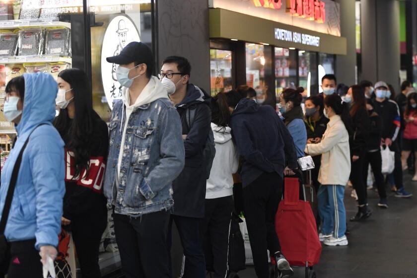 La fila para entrar en un supermercado en Melbourne, Australia