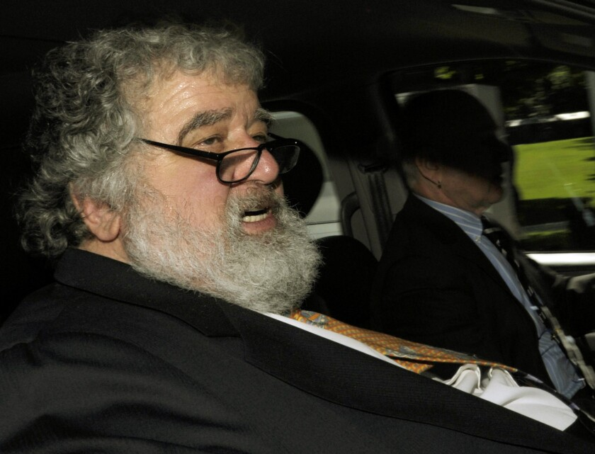 En esta imagen, tomada el 29 de mayo de 2011, el funcionario de la FIFA Chuck Blazer a la salida de de la sede del ente en Zúrich, Suiza. (Steffen Schmidt/Keystone via AP, archivo)