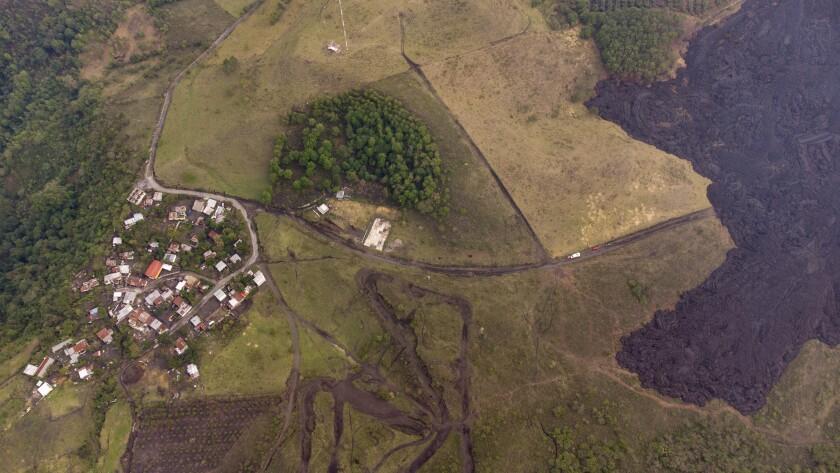 La lava fluye por las laderas del volcán Pacaya cerca del pueblo El Patrocinio en San Vicente Pacaya