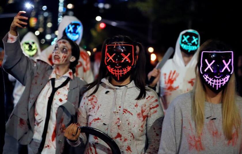 Decenas de personas disfrazadas participan en el 45? desfile anual de Halloween hoy, miércoles 31 de octubre de 2018, en Greenwich Village, en Nueva York (EE.UU.). EFE