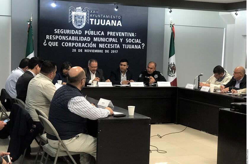 La corporación policiaca de Tijuana no sólo posee menos de la mitad de los policías que debe tener, sino que además el 20 por ciento de sus elementos tienen más de 60 años de edad y trabajan con la tercera parte de las unidades patrulla requeridas, dieron a conocer autoridades municipales.