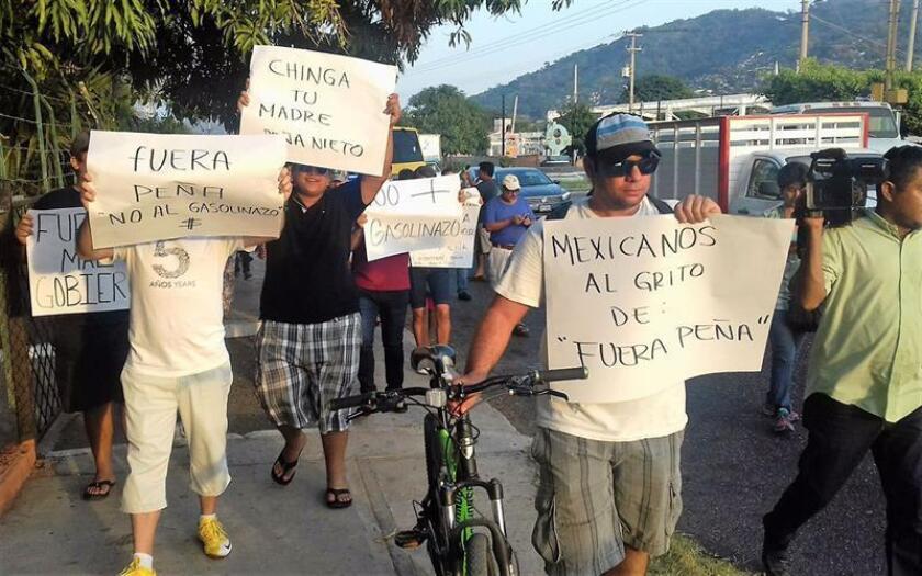 La Alianza Nacional de Pequeños Comerciantes (ANPEC) de México alertó hoy que las protestas a nivel nacional continuarán luego del anuncio del alza de los precios de las gasolinas en México, que repercutirá en un aumento de la inflación y la especulación. EFE/QUADRATÍN/SOLO USO EDITORIAL