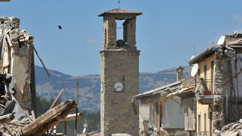 Más de 1.200 habitantes de la zona afectada del centro de Italia tuvieron que abandonar sus viviendas por seguridad ya que los desplomes continúan y pasar la noche en campamentos para damnificados.