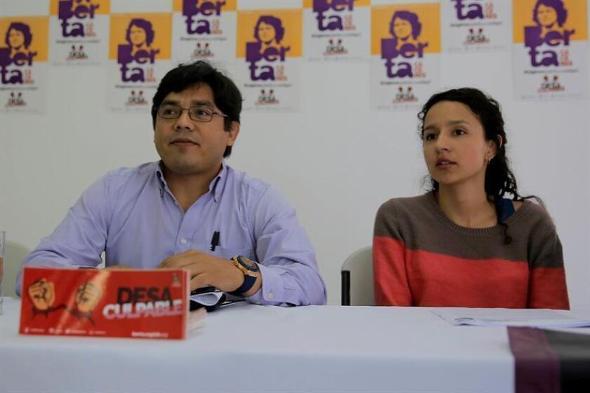 El abogado Víctor Fernández (i) y Bertha Zúñiga Cáceres (d) participan hoy, miércoles 24 de octubre de 2018, en Tegucigalpa (Honduras), en una rueda de prensa. EFE