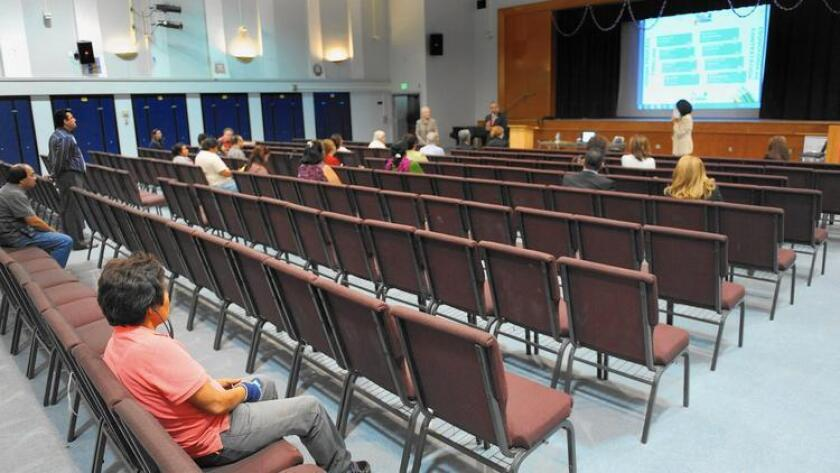 Pie de Foto: La mayoría de las sillas están vacías en la junta comunitaria para padres y maestros en Monroe High School el mes pasado, donde se darían sugerencias para la búsqueda del nuevo superintendente escolar. (Wally Skalij / Los Angeles Times).
