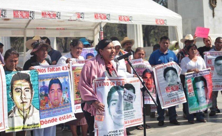 Padres de los 43 estudiantes desaparecidos de la normal de Ayotzinapa son vistos durante una conferencia de prensa hoy, lunes 22 de febrero de 2016, en Ciudad de México (México).