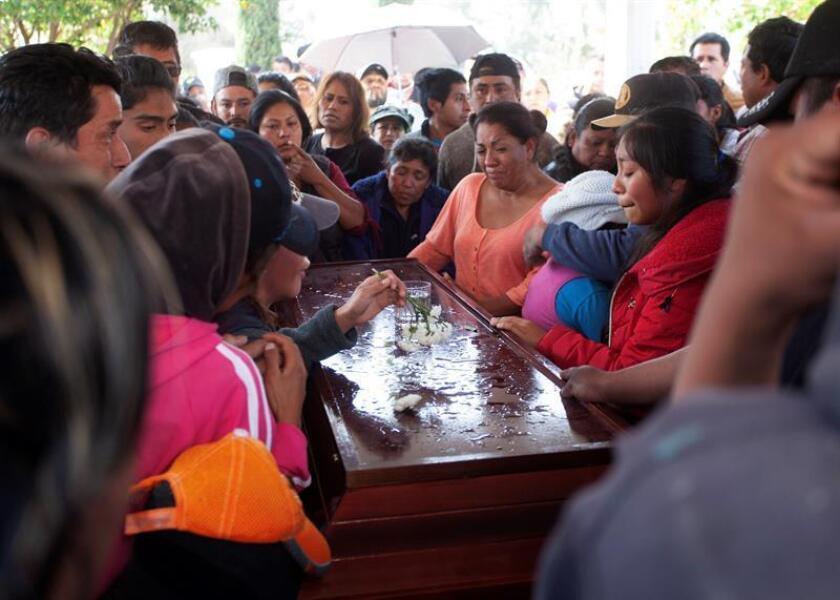 Pobladores de Tlahuililpan (México) participan en los cortejos fúnebres de algunas de las víctimas mortales de la explosión del ducto de Pemex. EFE