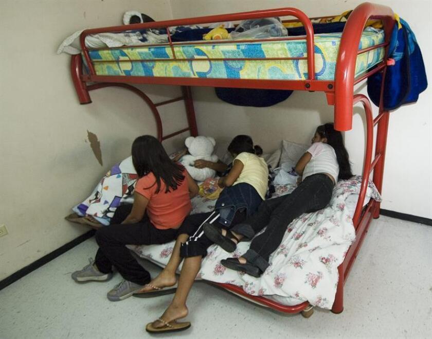 Cuatro jóvenes mexicanas descansan en una de las habitaciones de un albergue para menores. EFE/Archivo