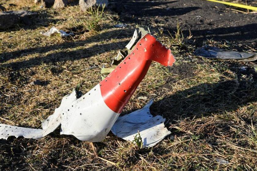Imagen de los restos que se encuentran en el lugar del accidente del avión de Ethiopia Airlines, el Boeing 737 Max 8, en ruta a Nairobi, Kenia, cerca de Bishoftu, el 10 de marzo de 2019. Todos los pasajeros a bordo del vuelo programado ET 302 con 149 pasajeros y 8 tripulantes murieron. EFE/Archivo