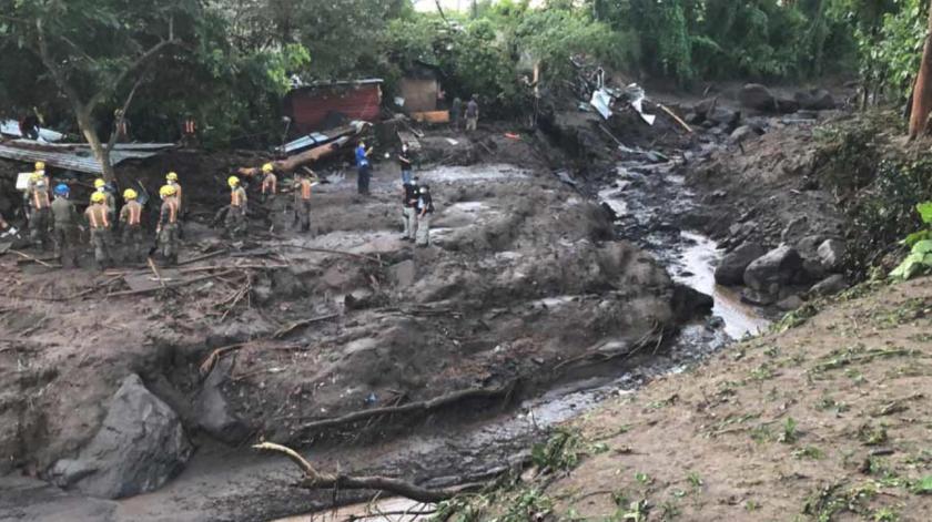 Autoridades de protección civil confirman la recuperación de al menos cuatro víctimas del deslave.