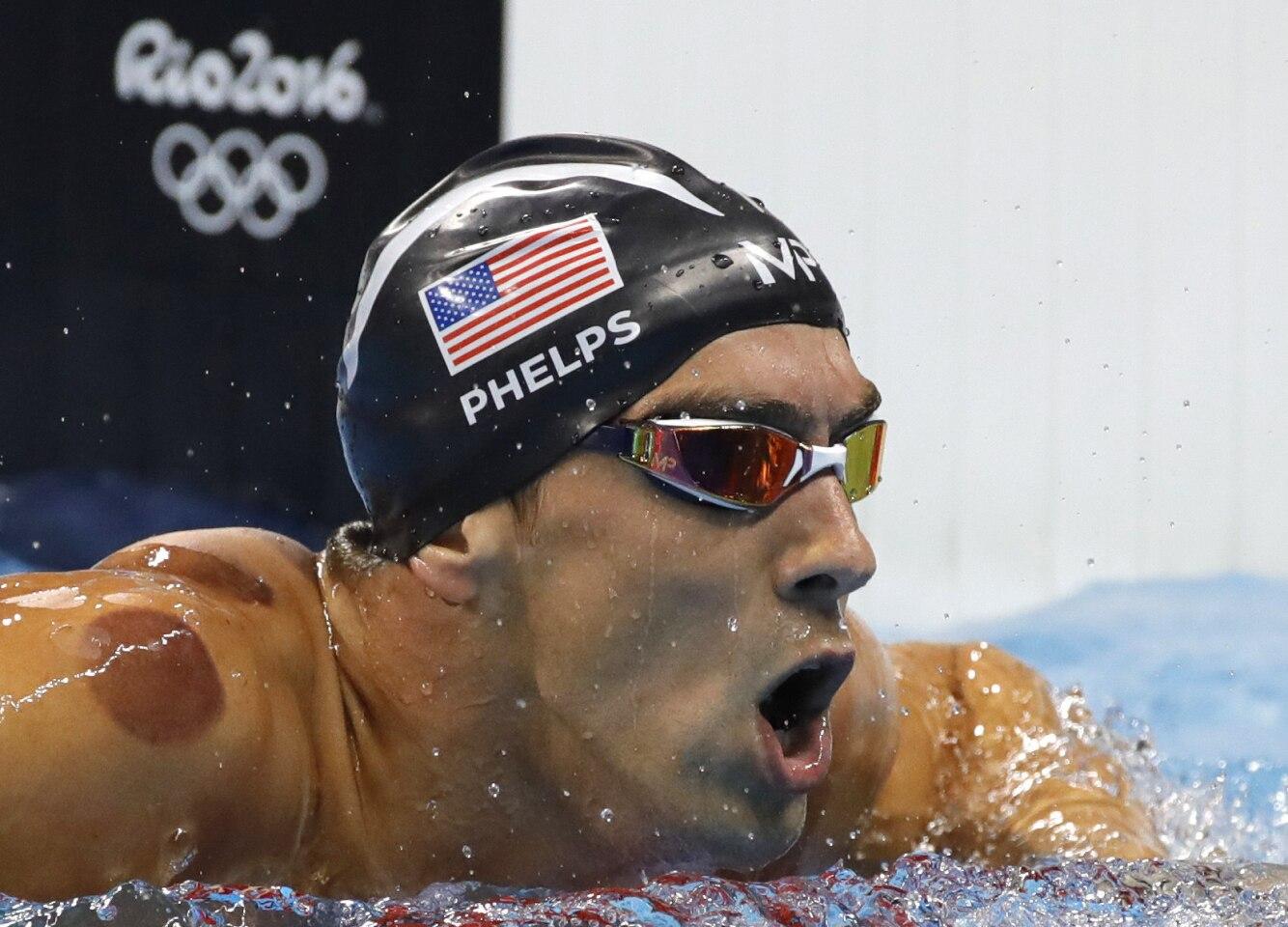 El estadounidense Michael Phelps celebra tras ganar la medalla de oro en la final de los 400 metros por relevos estilo libre en el Estadio Acuático Olímpico, en el marco de los Juegos Olímpicos Río 2016.