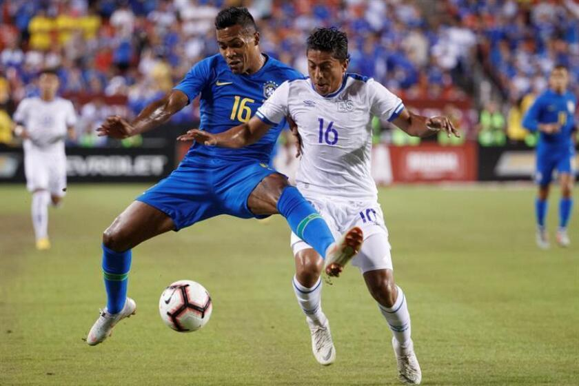 Alex Sandro (L) Brazil fights for the ball with Oscar Ceren fromEl Salvador Sep.11 2018, in a friendly between Brazil and El Salvador at the FedEx Field stadium in Landover (EE.UU.). EPA-EFE/Shawn Thew