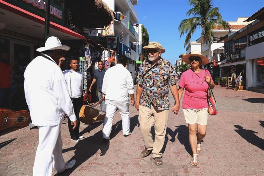 Fotografía sin fecha específica, cedida por el Ayuntamiento de Solidaridad de Playa del Carmen, muestra a turistas caminando por una avenida principal de Playa del Carmen en Quintana Roo, (México). EFE/Ayuntamiento de Solidaridad de Playa del Carmen/SOLO USO EDITORIAL/NO VENTAS