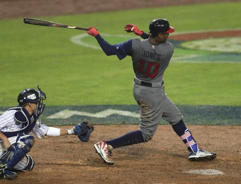 En la imagen un registro de Adam Jones (d), guardabosques de los Orioles de Baltimore, quien se apuntó el primero de los tres jonrones que su equipo anotó en la victoria 6-3 sobre los Mets de Nueva York. EFE/Archivo