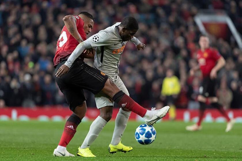 Roger Assale (d) de Young Boys disputa el balón con Antonio Valencia (i) del Manchester United durante un partido de fase de grupos de la Liga de Campeones de la UEFA que se juega hoy en el estadio Old Trafford, en Mánchester (Reino Unido). EFE