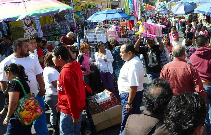 Varias personas hacen sus compras en el Centro Histórico de Ciudad de México. EFE/Archivo