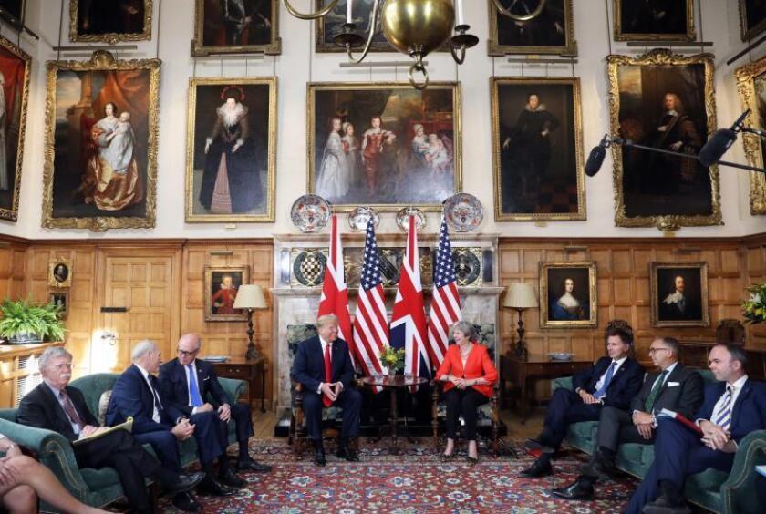 El presidente de EE.UU., Donald J. Trump (c-izq), mantiene una reunión con la primera ministra británica, Theresa May (c-dcha), en Chequers, Aylesbury (Reino Unido) este 13 de julio. EFE