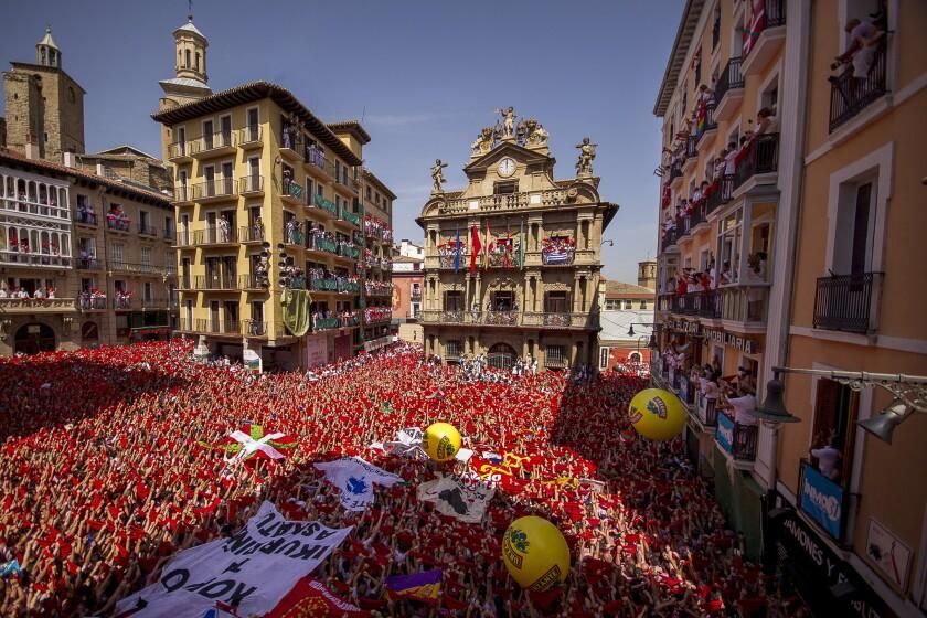 Centenares de personas participan en la ceremonia que da inicio a las famosas fiestas de San Fermín en Pamplona, en el norte de España, el lunes 6 de julio de 2015. (Foto AP/Andres Kudacki)