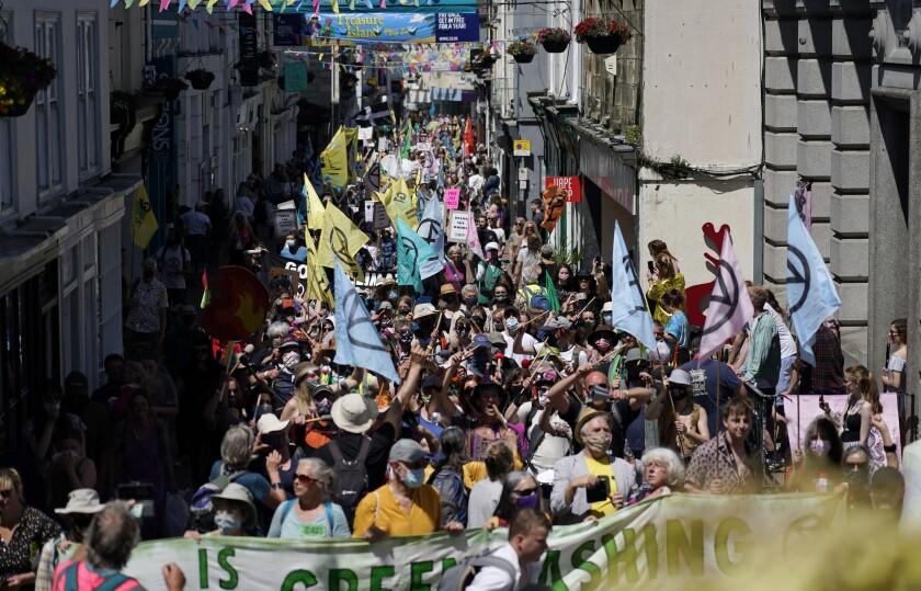 Activistas marchan por las calles de Falmouth, Inglaterra, el sábado 12 de junio de 2021