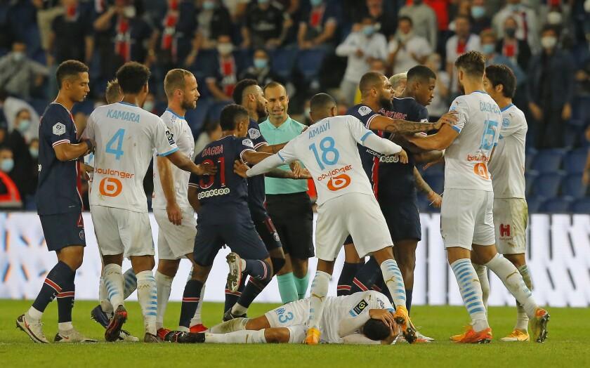 Jugadores del PSG y del Marsella intercambian empujones al final del encuentro de liga