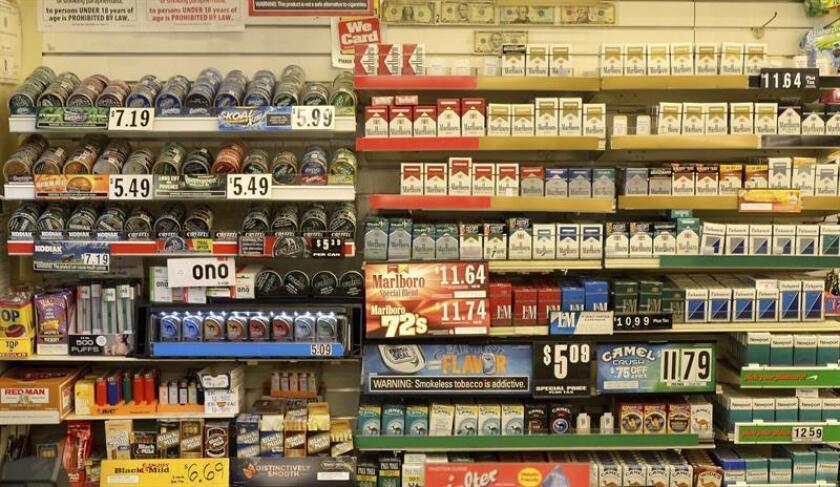Vista de paquetes de tabaco expuestos en una tienda de Nueva York, Estados Unidos. EFE/Archivo