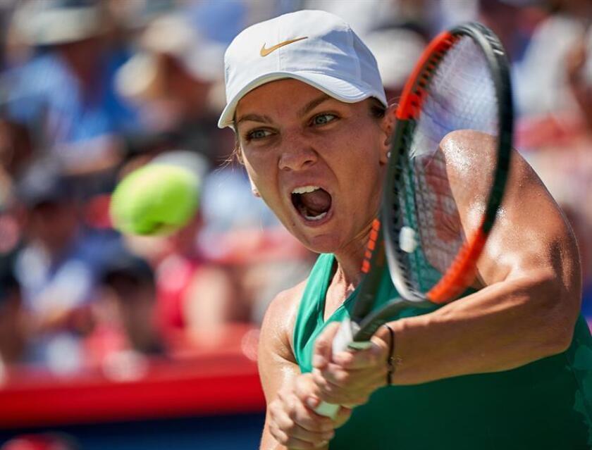 La tenista rumana Simona Halep enfrenta a la estadounidense Sloane Stephens durante la final de la Rogers Cup en Montreal, Canadá, este 12 de agosto de 2018. EFE