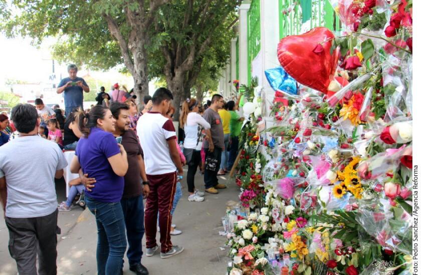 La muerte del cantante Juan Gabriel prácticamente paralizó Ciudad Juárez. Desde hace más de 24 horas permanece cerrada la Avenida 16 de Septiembre, la principal avenida de la Ciudad, a la altura de la calle Honduras, a una cuadra de la casa de Juan Gabriel, donde continúan llegando cientos de personas a rendir tributo al Divo.
