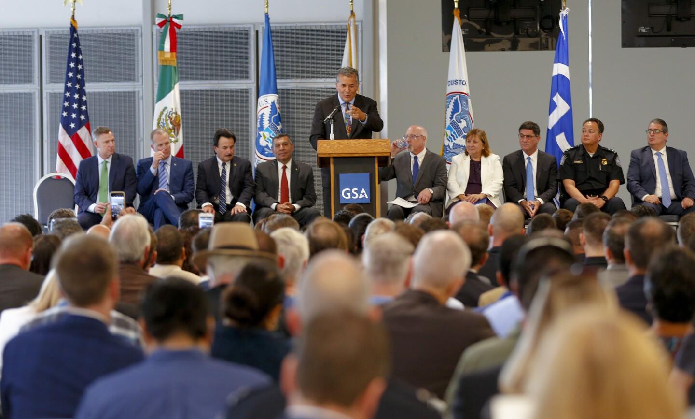 En la nueva instalación de entrada al puerto de San Ysidro, PedEast, el congresista Juan Vargas se dirigió a la multitud durante la ceremonia de apertura de la instalación.