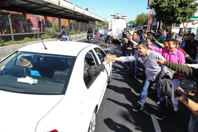 Simpatizantes del mandatario electo de México, Andrés Manuel López Obrador, le saludan hoy por calles de la Ciudad de México (México), mientras este se dirige rumbo a la Cámara de Diputados, sede del Legislativo, para ser investido como presidente. EFE