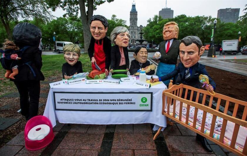 Varios activistas de la ONG Oxfam se disfrazan de los líderes de la Cumbre del G7 para protestar en contra del papel que desempeña la mujer en la sociedad, antes del inicio de la Cumbre del G7, en Quebec (Canadá), hoy, 7 de junio de 2018. EFE