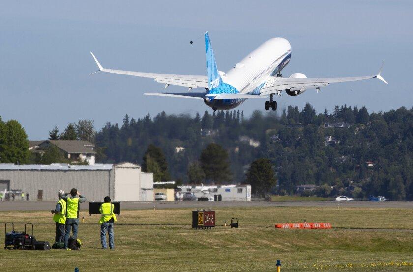 Nueva versión del 737 Max de Boeing hace primer vuelo de prueba