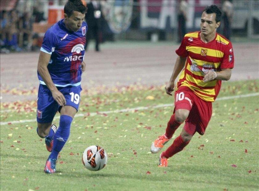 En la imagen, el Evelio Hernández (d) del Deportivo Anzoátegui. EFE/Archivo